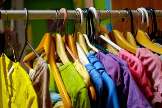 Výroba oděvu zhotových látek je zpohledu životního prostředí ve srovnání sfází výroby azpracování materiálů méně významná. Šití oblečení ssebou ale přináší jiné problémy – zejména sociální.