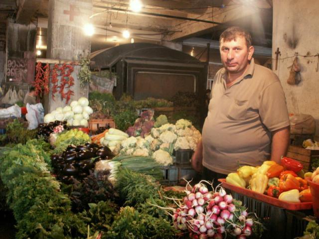 V gruzínské kuchyni jsou výborná zeleninová jídla, tržiště Tbilisi, Gruzie