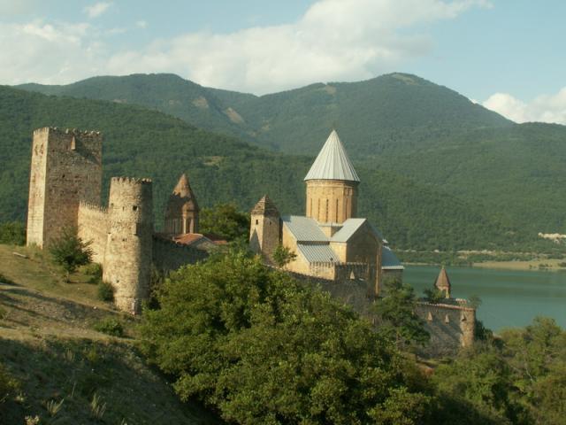Na cestě do hor ke Kazbegi míjíte pevnost Ananauri, Gruzie