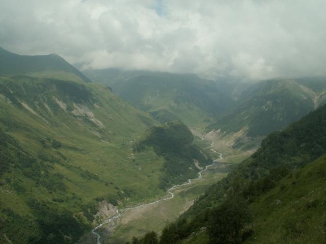 Pohled na majestátné kavkazské hory často ruší mlhavé počasí