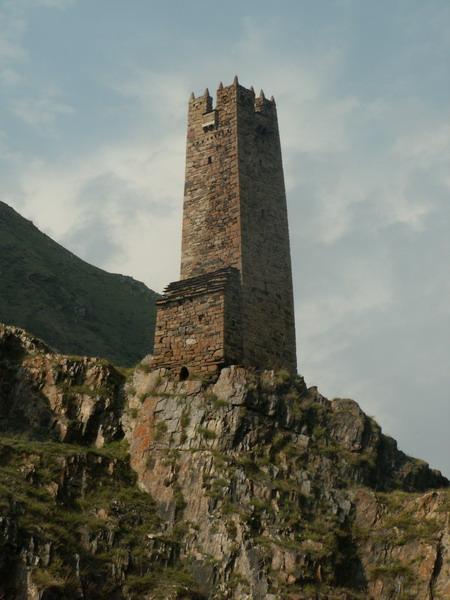 Strážní věže dříve chránily před nájezdníky z Dagestánu, Kazbegi, Gruzie