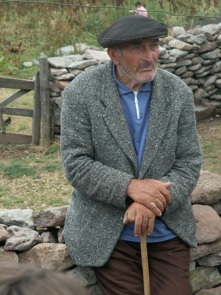 Starý pán v letní pastevecké vesnici, Gruzie