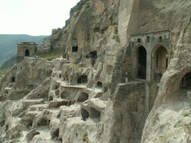 Ve skalním městě Vardzia žily ve svém největším rozmachu desítky tisíc lidí, Gruzie