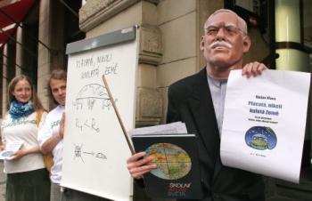 -Země spočívá na krunýři velké želvy a podpírají ji tři sloni © Greenpeace-