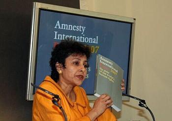 - Generální tajemnice AI  Irene Khan v Londýně na tiskové konferenci představuje aktuální zprávu o stavu lidských zpráv ve světě (foto © Amnesty International) -