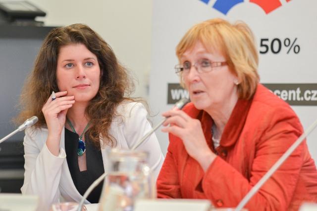 Michaela Suchardov� (SZ) a Zuzana Kyli�nov� (TOP 09)