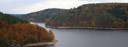 Dalešická přehrada ze skal ostrova Kozlov Foto: Frettie Wikimedia Commons