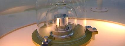 Prototyp kilogramu (replica) Foto: Japs 88 Wikimedia Commons