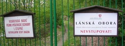 Zákaz vstupu do Lánské obory u Klíčavské přehrady Foto: šJů Wikimedia Commons
