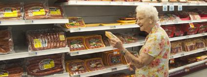 Paní v USA nakupuje maso v supermarketu