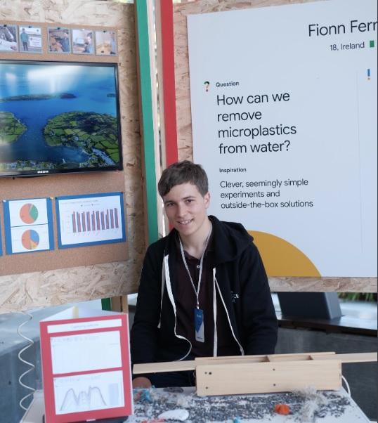 Irský student během své studijní odborné práce navrhl a vpraxi otestoval způsob, jak zbavit odpadní vodu znečištění mikroplasty, předtím, než je zjímek kanalizací a čističek odpadních vod vypuštěna do moře.