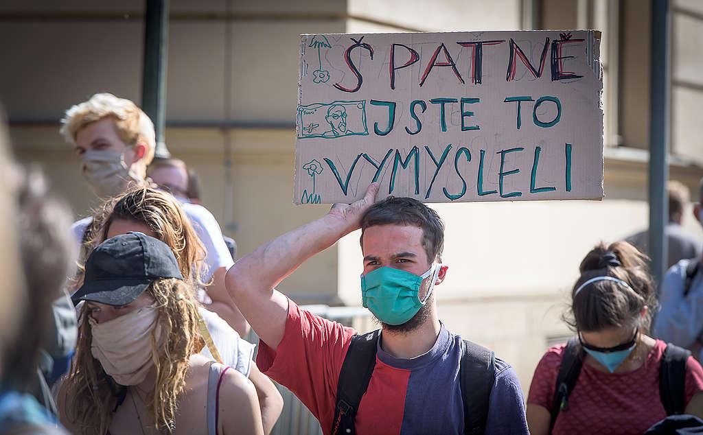 Zhruba 30 aktivistů Greenpeace demonstrovalo před úřadem vlády