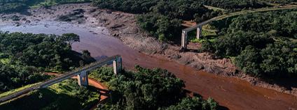 V brazilském státe Minais Gerais u městečka Brumadinho se 25. 1. 2019 protrhla odpadní nádrž dolu na železnou rudu a zaplavila okolí.