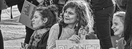 stávkující středoškoláci s transparentem Planet Not Profit