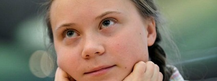 Greta Thunbergová je švédská školačka, která ve svých 15 letech začala protestovat ve prospěch okamžité akce proti globálnímu oteplování před Švédským parlamentem a stala se z ní známá klimatická aktivistka.