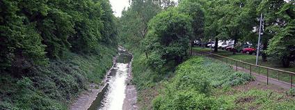 Botič podél ulice K Botiči, pohled z mostu Vršovické ulice k jihu.