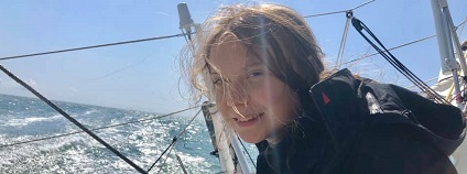 Švédská ekologická aktivistka Greta Thunbergová se dnes vydá z přístavu Plymouth na jihozápadě Anglie na plavbu přes Atlantik, kde se chce v září zúčastnit klimatického summitu v newyorském sídle OSN. / Greta Thunbergová je švédská školačka, která ve svých 15 letech začala protestovat ve prospěch okamžité akce proti globálnímu oteplování před Švédským parlamentem a stala se z ní známá klimatická aktivistka.