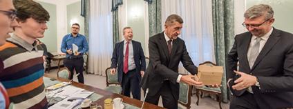 Studenti z hnutí Fridays For Future se v pátek 7. prosince 2019 sešli na Úřadu vlády s premiérem Andrejem Babišem, ministrem průmyslu a obchodu Karlem Havlíčkem a ministrem životního prostředí Richardem Brabcem.