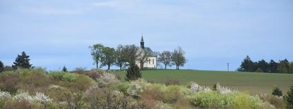 Ráz lokality Kostelíček vytváří kaple Panny Marie Pomocnice Foto: Ben Skála, Benfoto Wikimedia Commons