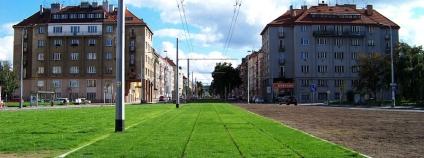 Ulice Jugoslávských partyzánů, prostor bývalé tramvajové smyčky Podbaba po rekonstrukci a prodloužení trati.