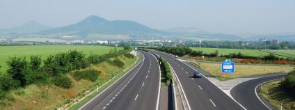 Dálnice D8 u Lovosic. Foto: Miraceti/Wikimedia Commons