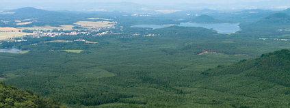 Lesnický park Bezděz - pohled z Bezdězu na Máchovo jezero. Jitka Erbenová Wikimedia Commons