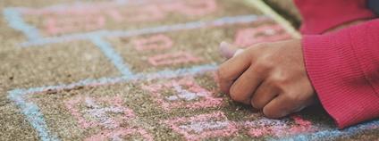 Dítě kreslící na chodník Foto: Unsplash