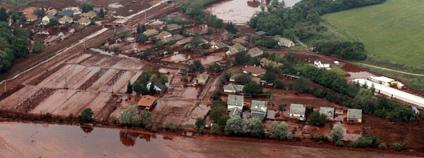 N�sledky protr�en� hr�ze odkali�t� pobl� m�sta Ajka Foto: Globovisi�n / Flickr.com 4