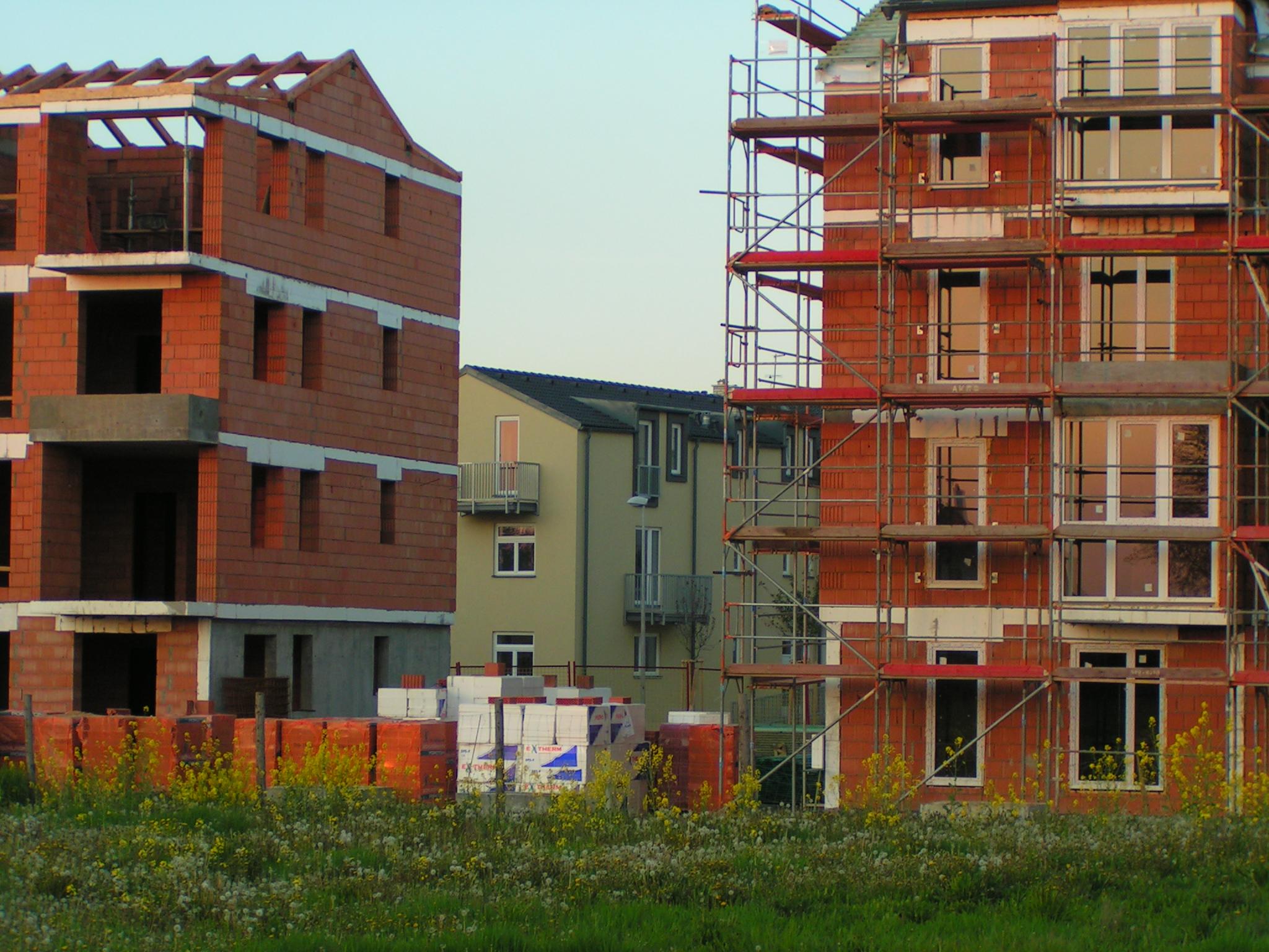 Stavba komplexu bytových domů na bývalé zemědělské půdě, Praha - Vinoř.