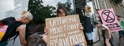Zastavme špinavé prachy - protest u pojišťovny Allianz 21. 6. 2021 Foto: Zastavme špinavé prachy / Facebook