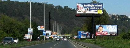 Billboardy by od silnic měly zmizet do pěti let. Ilustrační foto: www.nechceme-billboardy.cz