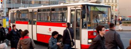 Autobus v Praze přijíždí do zastávky. Foto: Martin Singr/Ekolist.cz