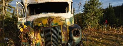 Zchátralý autobus, ve kterém pobýval Christopher McCandless, hrdina příběhu Útěk do divočiny Foto: The Alaska Landmine Flickr.com
