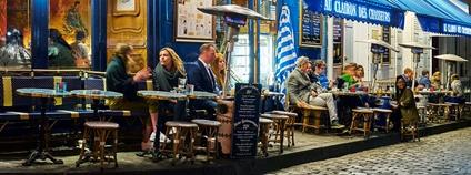 Kavárna v Paříži Foto: Pedro Szekely Flickr.com
