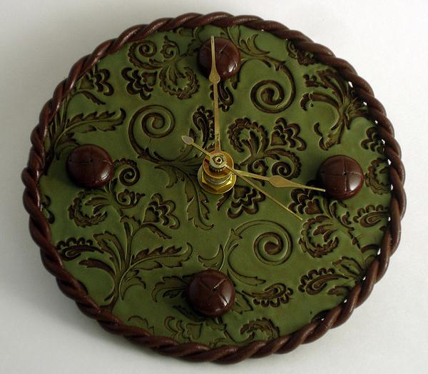 Nástěnné hodiny z vyrobené ze starého CD.