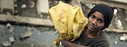 Indický chlapec sbírající odpadky Foto: M M Flickr