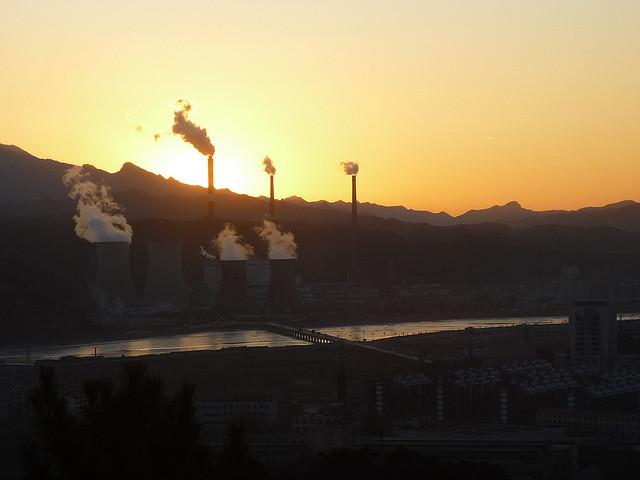 Čína do konce června spustí celostátní systém obchodů s emisemi