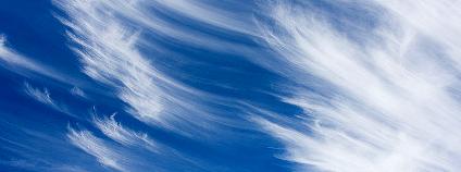 Mrak cirrus je tvořený drobný ledovými krystaly. Na planetární klima působí jako poklička, která drží teplo na Zemi.