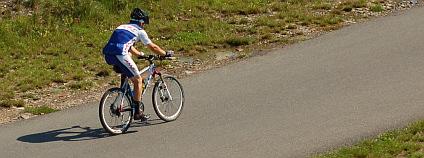 Cyklista na cyklostezce v pražské Troje. Foto: Martin Singr / Ekolist.cz