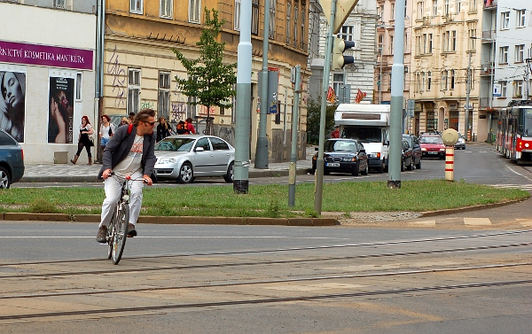 Cyklista riskantně projíždí křižovatku Dukelských hrdinů a nábřeží Kapitána Jaroše