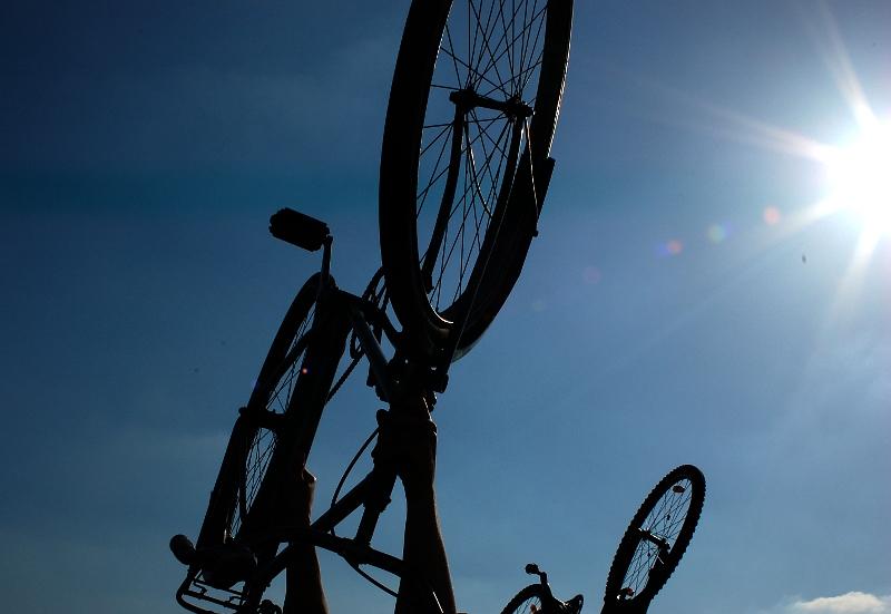 Zdvižené kolo nad hlavou - symbol tzv. critical mass (cyklojízd).