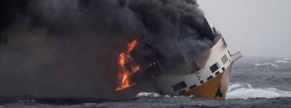Požár na 214 metrů dlouhé lodi Grande America plující pod italskou vlajkou. Loď se potopila několik set km od francouzských břehů.