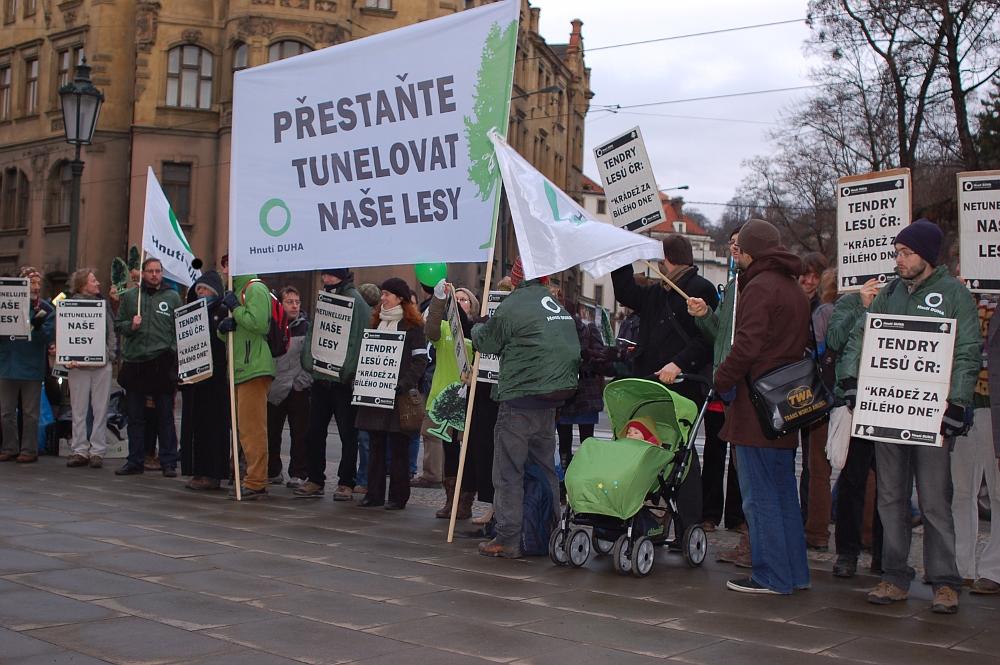 Demonstrace Hnutí Duha proti zakázkám na práce v Lesích ČR