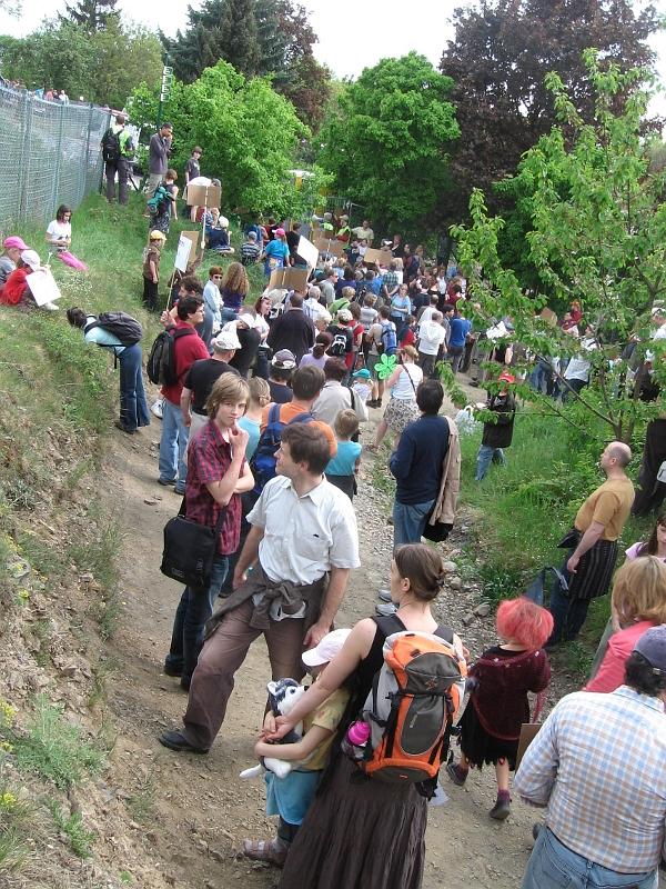 Demonstrace místních obyvatel proti oplocení lesa botanickou zahradou na konci dubna 2011