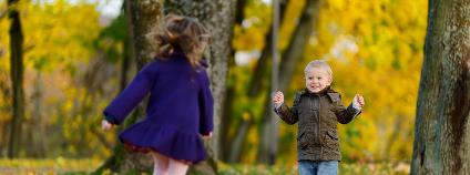 Děti v podzimním lese Foto: MNStudio / Shutterstock