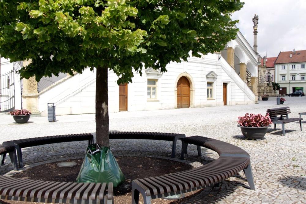Speciální plastové vaky začali v parných dnech používat k zálivce stromů pracovníci technických služeb v Uničově na Olomoucku, aby zejména mladé stromy ochránili před suchem. Na patě stromu je plastový závlahový vak. Technické služby jich mají 20 a zavlažují jimi stromy ohrožené suchem (vybráno asi 50 dřevin). Do vaku se vejde okolo 60 l. Voda pomalu odtéká, celý obsah asi 9 h, a všechna se tak dostane ke kořenům. Na noc se vaky schovávají.