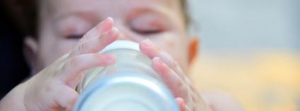 Dítě s lahví Foto: Maria Chavdarova Mavrona Shutterstock.com