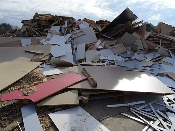 ČIŽP uložila pokutu 150.000 korun firmě GSIS Production z Dýšiné u Plzně. Výrobce pelet nedovoleně skladoval dřevěný odpad na venkovní ploše v rozporu s provozním řádem.