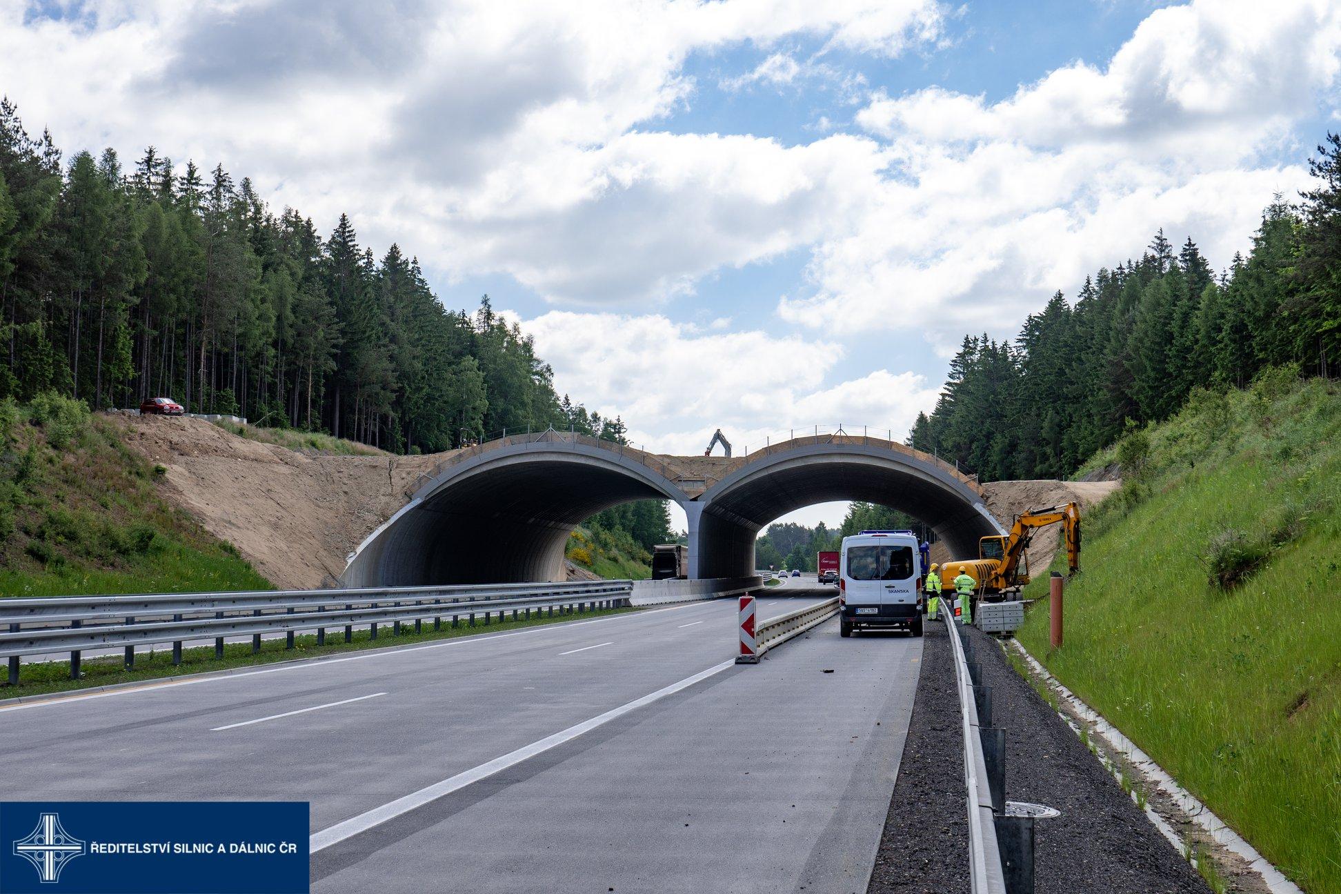 Na D1 mezi Prahou a Brnem budou letos postavené čtyři zelené mosty pro zvěř