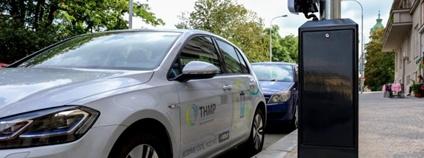 Elektromobil dobíjený z lampy veřejného osvětlení Foto: praha.eu